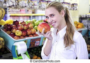 femme, mangue, supermarché, sentir