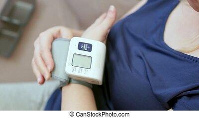 femme, mesures, pression, tonometer., sanguine, close-up., maison, elle-même