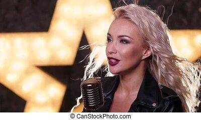 femme, microphone, retro, chant, haut, mouvement, lent, fin, briller, fond, étoile, blond