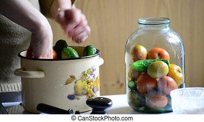 femme, mise en conserve, s'étend, hiver, concombres, tomates, jars., maison