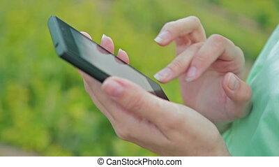 femme, mobile, haut, téléphone, utilisation, fin, intelligent