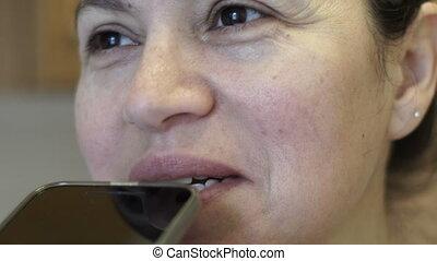 femme, mobile, poche, enregistrement, téléphone, closeup, message