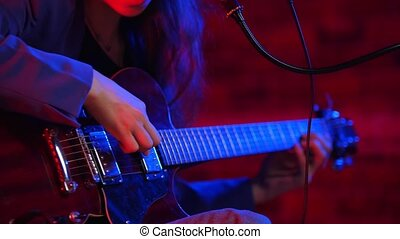 femme, néon, jeune, guitare, par, va, éclairage, chant, instruments à cordes