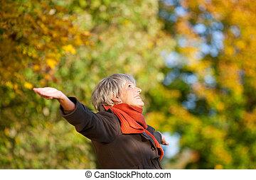 femme, nature, parc, personne agee, apprécier, heureux