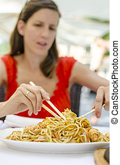 femme, nouilles, manger, jeune, chinois