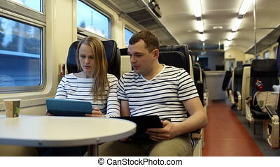 femme, ordinateur portable, conversation, train, tampon, homme