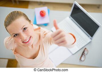 femme, ordinateur portable, jeune, haut, livres, pouces, heureux, projection, cuisine