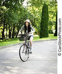 femme, parc bicyclette, jeune, équitation, heureux