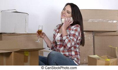femme parler, cabines téléphoniques, appartement, en mouvement, nouveau, carton, heureux