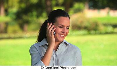 femme parler, téléphone portable, elle