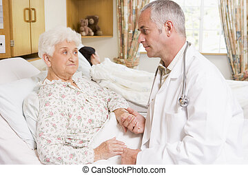 femme, patient, docteur, hôpital, conversation, personne agee