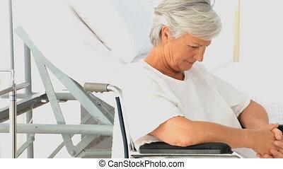 femme pensée, fauteuil roulant
