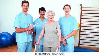 femme, personnes agées, équipe, sourire, elle, rehab