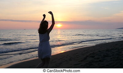 femme, plage, coucher soleil, jeune, apprécier, beau