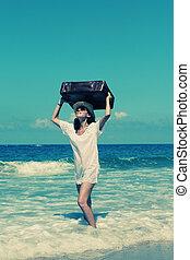 femme, plage, valise