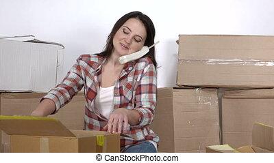 femme, plancher, cabines téléphoniques, appartement, en mouvement, nouveau, déballe, carton