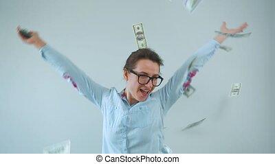 femme, pluie, factures, dollar, heureux, lunettes, faisant argent
