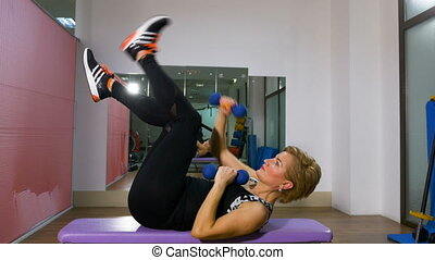 femme, poids, lumière, âge, exercisme, milieu, dumbbells, mains, gymnase