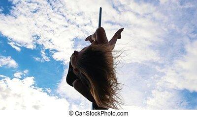 femme, pole-dance, ciel, jeune, contre, lingerie, noir, exécute, sexy