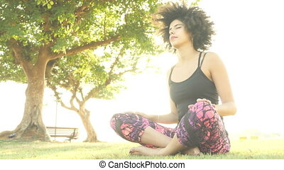femme, pose yoga, parc, exercisme, méditation