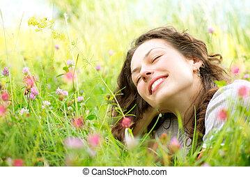 femme, pré, jouir de, jeune, mensonge, flowers., nature, beau