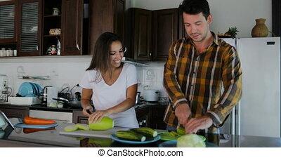 femme, préparer, sain, couple, cuisine, conversation, dîner, coupure, ensemble, cuisine, légumes, homme