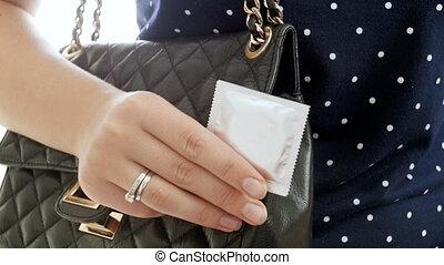 femme, préservatif, métrage, jeune, contre, 4k, fond, tenue, panoramique, blanc