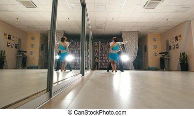 femme, pratiquer, danse, danse, costumes, jeune, latin, studio, séduisant, homme