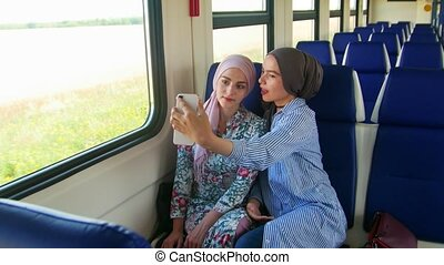 femme, prendre, musulman, deux, jeune, téléphone., selfie, hijab