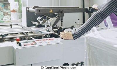 femme, processus, manuel, détecteur mensonge, -, typographie, main-d'œuvre, magazine, papier, impression, complète