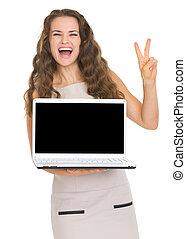 femme, projection, jeune, victoire, ordinateur portable, geste, heureux