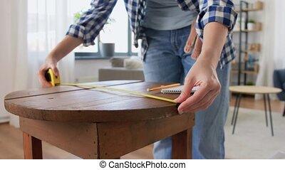 femme, règle, mesurer, table, rénovation