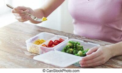 femme, récipient, légumes, haut fin, manger