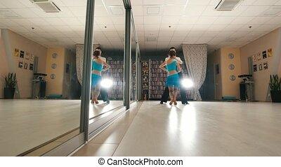 femme, répéter, danse, danse, costumes, jeune, latin, studio, séduisant, homme