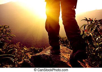 femme, randonneur, montagne, stand, pic