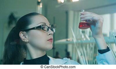 femme, rechercher, laboratoire, flacon