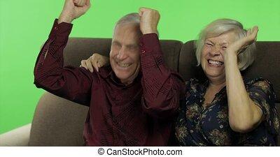 femme, regarder, sofa, séance, chroma, ensemble, tv., clã©, personne agee, vieilli, homme