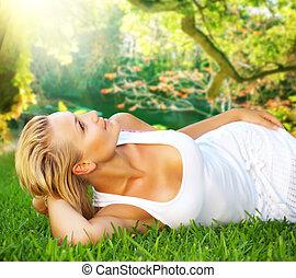 femme relâche, jeune, herbe, vert, sain, beau
