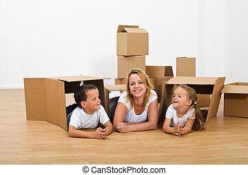 femme relâche, leur, gosses, nouvelle maison, heureux