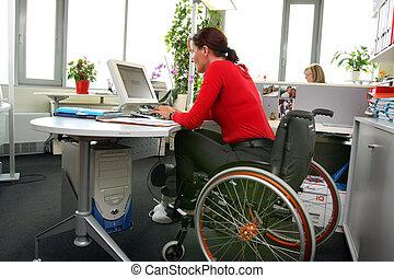 femme rendue infirme, wheelchair.