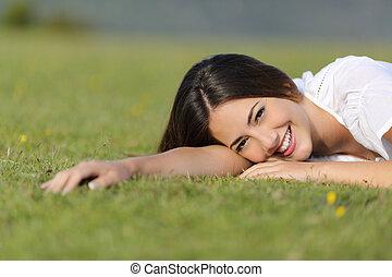 femme, reposer, heureux, herbe, décontracté, sourire