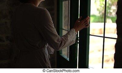 femme, robe, portes verre, ouverture, silhouette, terrasse