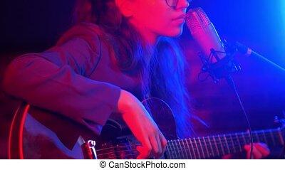 femme, romantique, chanson, néon, jeune, guitare, par, va, éclairage, chant, instruments à cordes