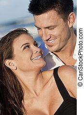 femme, romantique coupler, sourire heureux, plage, homme