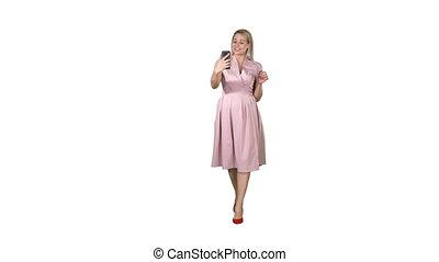 femme, rose, appeler, vidéo, sourire, blanc, confection, marche, robe, arrière-plan.