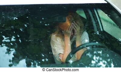 femme, rue., pluie, triste, voiture., pleurer, girl, crise nerfs