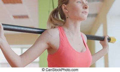 femme, s'accroupit, gymnase, jeune, fitness, portrait, vue côté