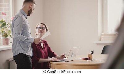 femme, sain, bureau, moderne, jeune, coopérer, collaboration, lieu travail, table, homme, smile., parler, européen