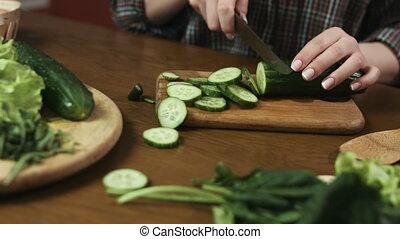 femme, salade, bois, jeune, concombres, partage, vert, board., couteau