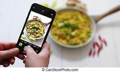 femme, servi, photos, délicieux, frit, mobile, riz, poulet, moule, téléphone, prendre